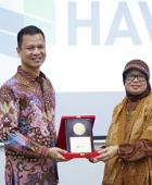 HAVI Indonesia staff receiving award